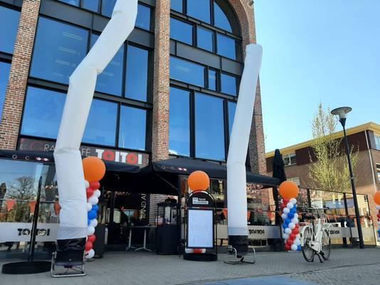 Oranje, rode, witte en blauwe ballonnen bij de entree van Grand Café Toi Toi in Nijverdal. Woensdag mag het terras weer open, op Koningsdag kunnen er al poffertjes worden gehaald.