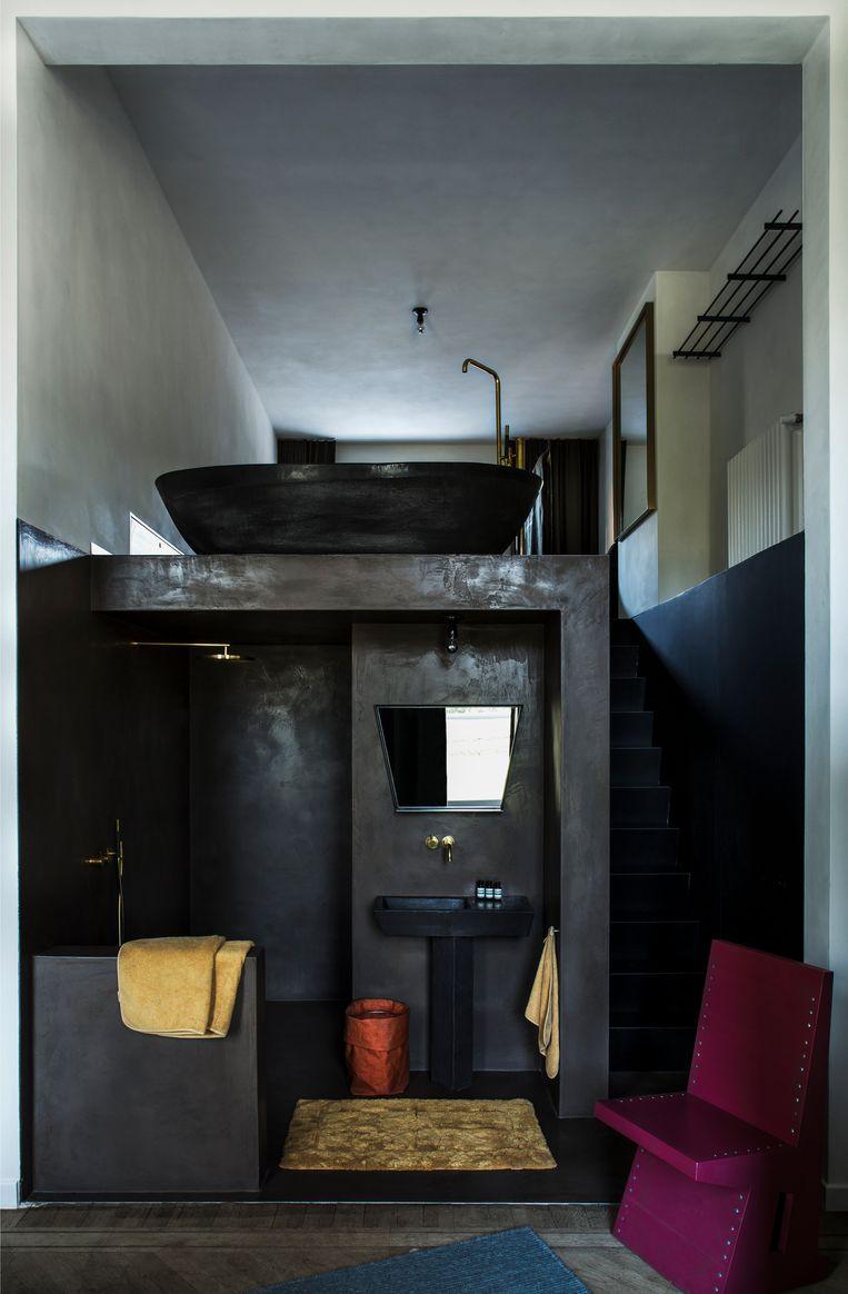 Het bad uit klei van Studio Loho kreeg een prominente plaats in de gastenkamer.  Beeld Senne Van der Ven