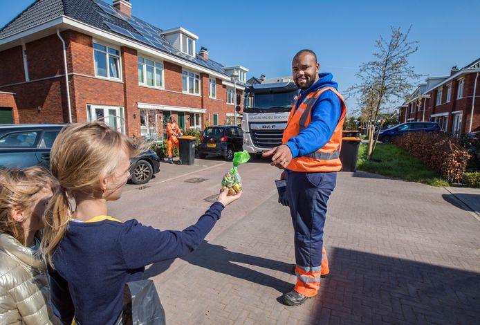 De vuilnismannen van de Haagse Milieu Service (HMS) zijn deze dagen erg populair. Ze krijgen zelfs, zoals hier Mairon Hellement, presentjes toegeschoven van tevreden bewoners.