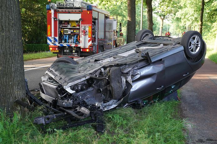 Een auto sloeg woensdag over de kop op de weg tussen Waalre en Valkenswaard.