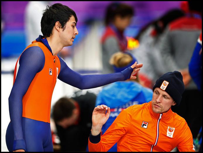 Kai Verbeij troost Ronald Mulder. Beiden konden geen potten breken op de  500 meter.