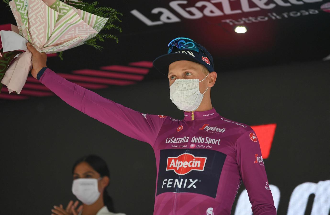 Vainqueur de la première étape en ligue du Giro, Tim Merlier en profite pour endosser le maillot cyclamen de leader du classement par points.
