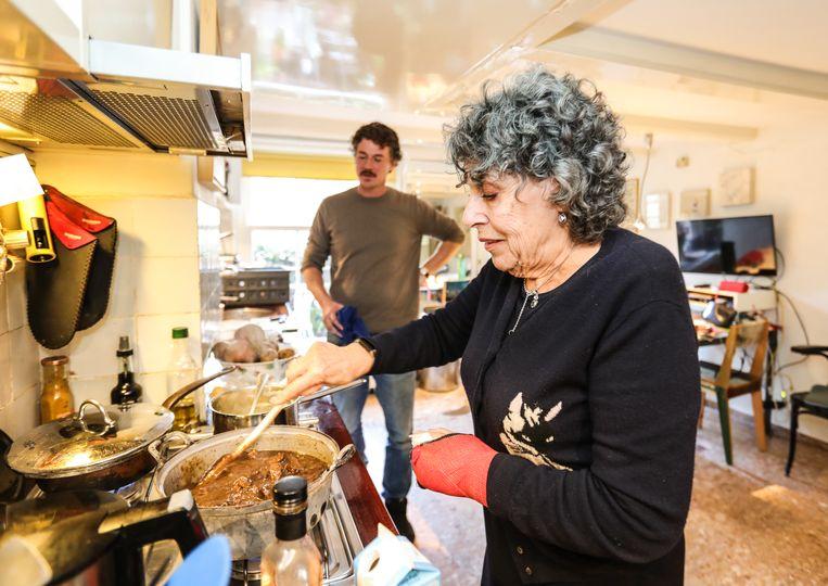 Hanneke Groenteman helpt Gilles van der Loo een handje bij het maken van hachee. Beeld Eva Plevier