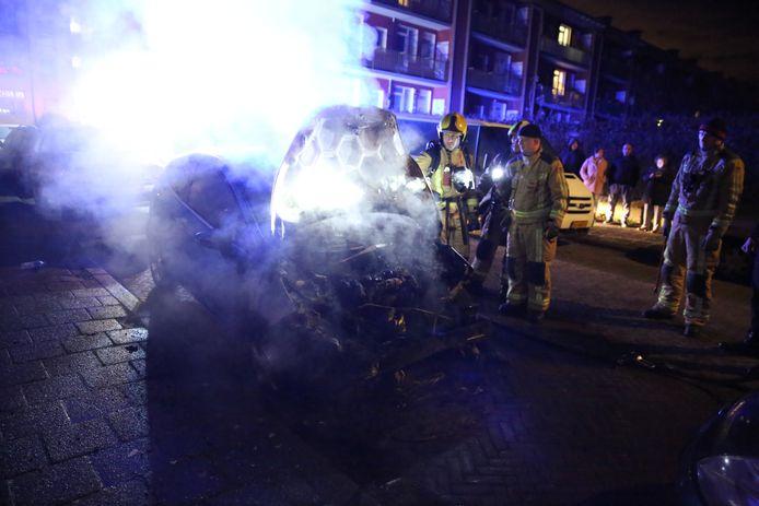 De brandweer blust autobrand in Moerwijk