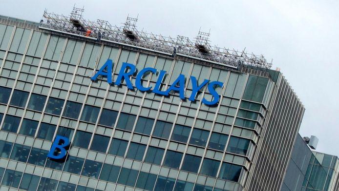 De 'B' van 'Barclays' wordt omhoog gehesen bij het hoofdkantoor in Londen van de bank