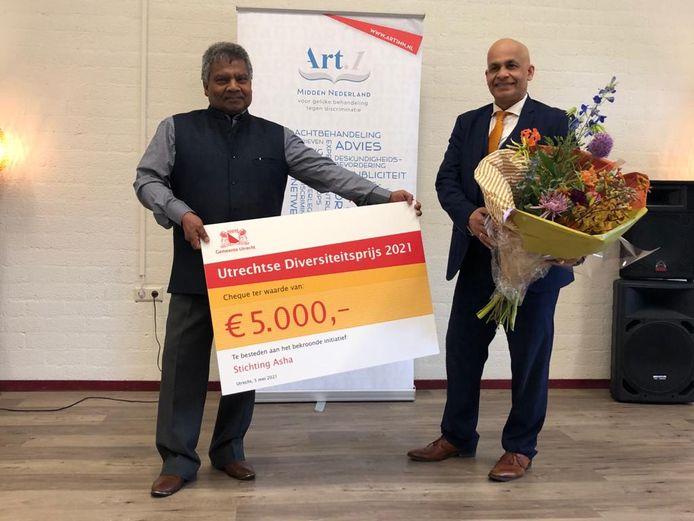 Vrijwilligers van Stichting Asha nemen de prijs in ontvangst.