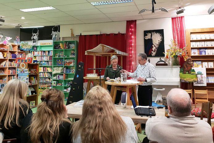 René Oomen (rechts) de Bredanaar die enige tijd geleden een radiodocumentaire maakte over Moederheil interviewde woensdag bij boekhandel Van Kemenade & Hollaers  Eugénie Smits van Waesberghe.