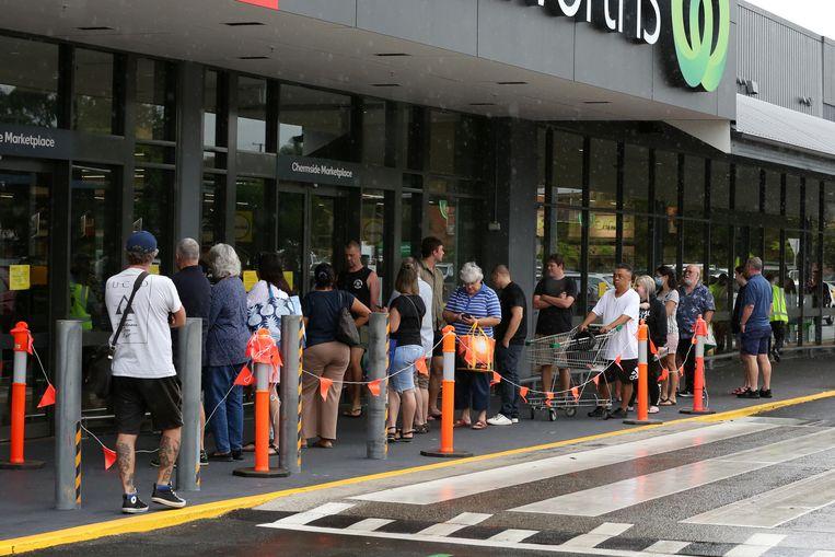Lange rijen aan een supermarkt in Brisbane. Beeld EPA