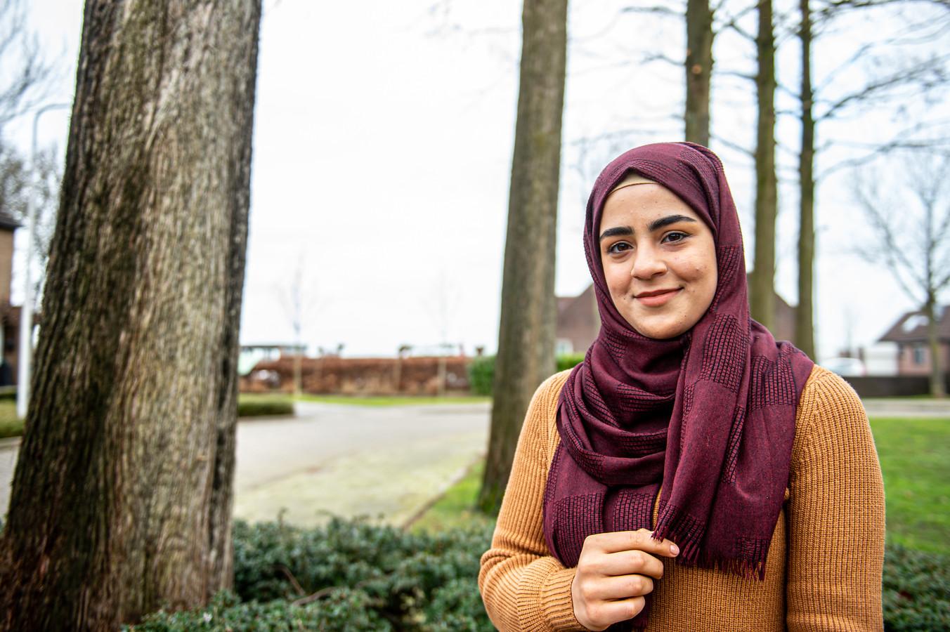 De Syrische Iman Alweso (23 jaar) vluchtte uit het door oorlog verscheurde Aleppo en woont nu met haar familie in Stolwijk. Naast haar opleiding is zij actief als vrijwilliger bij het Rode Kruis in Gouda.