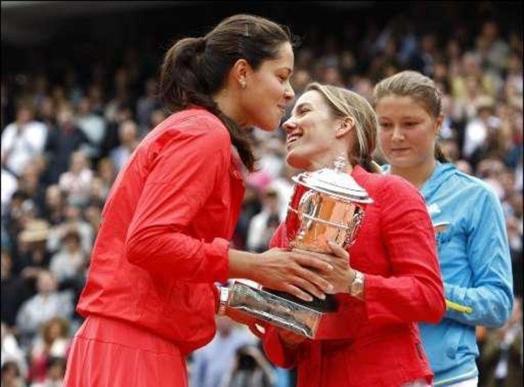Justine Henin, enkele weken geleden zelf nog nummer 1, feliciteert Ivanovic Beeld UNKNOWN