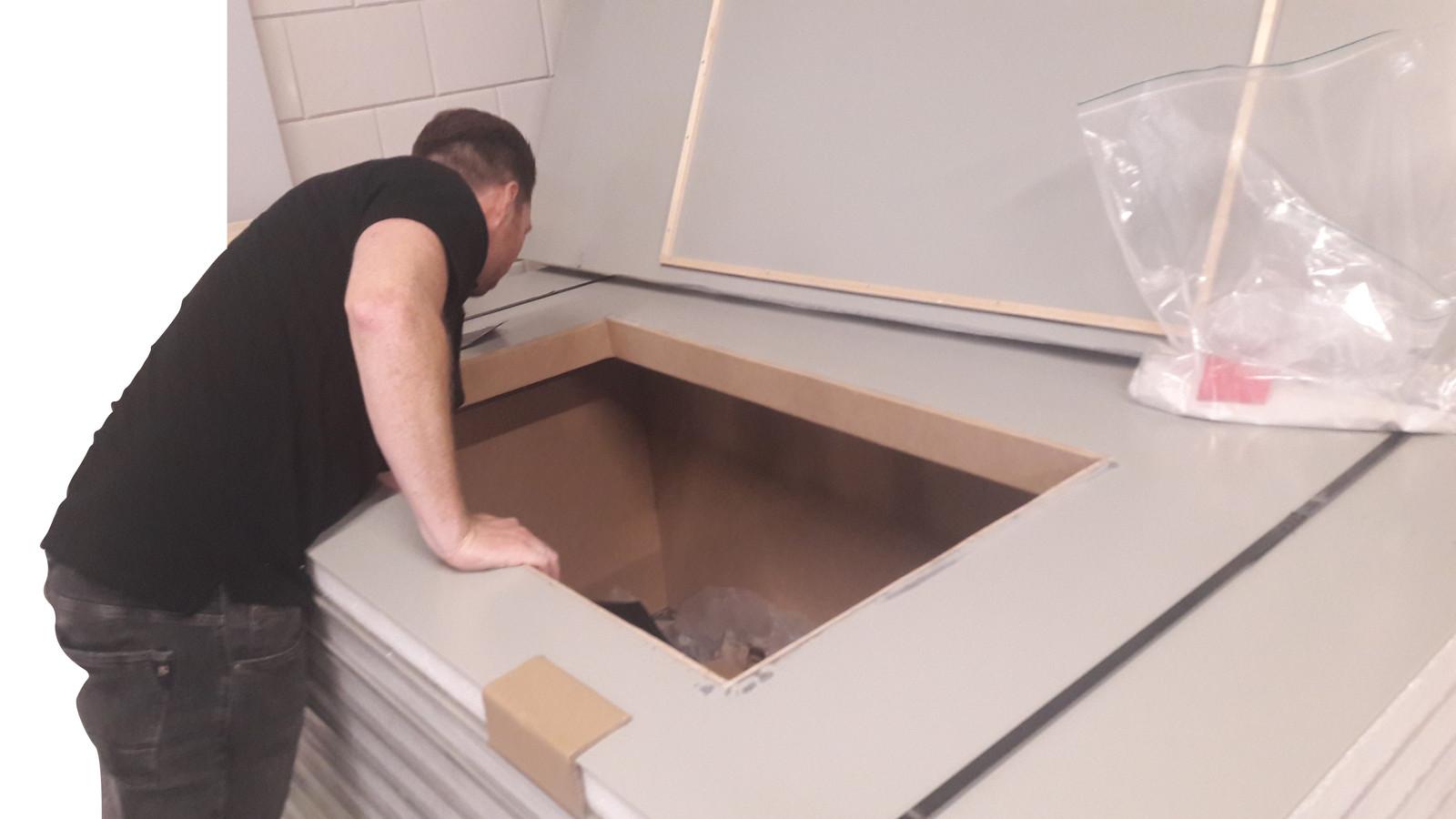 Tijdens een actie van het PIT, dat als voorbeeld dient voor het Maasland Interventie Team, bij een bedrijf blijkt een stapel isolatieplaten een holle ruimte te verbergen.