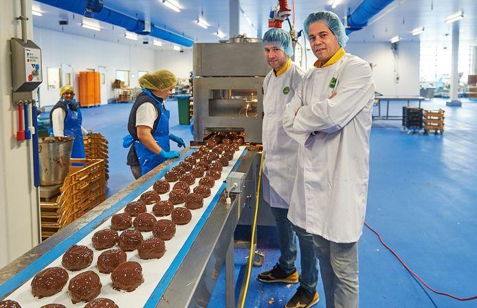 Jan (47) en Thijs (37) Aldenhuijsen bij de BACU productielijn voor Bossche bollen.