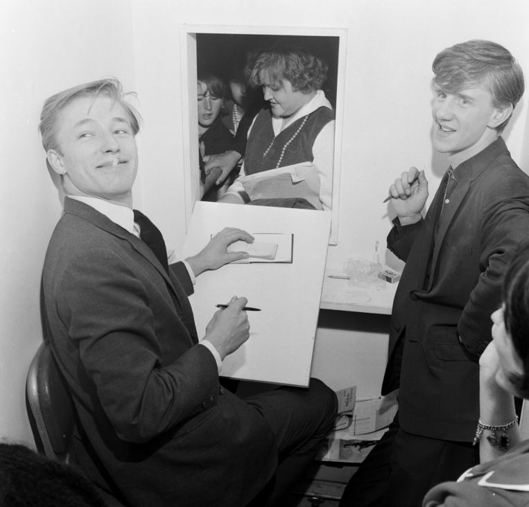 Mike Sarne en Mike Berry signeren tijdens de Boys and Girls-tentoonstelling in Olympia, Londen, 1962. Beeld