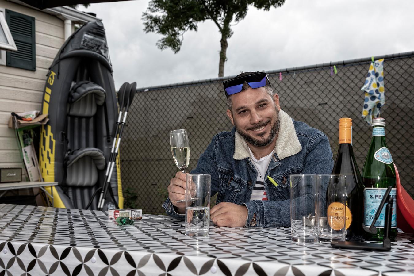 Matej Zorsky (37) uit Slowakije in zijn tuin op het chaletpark aan de Oostkanaalweg in Ter Aar.