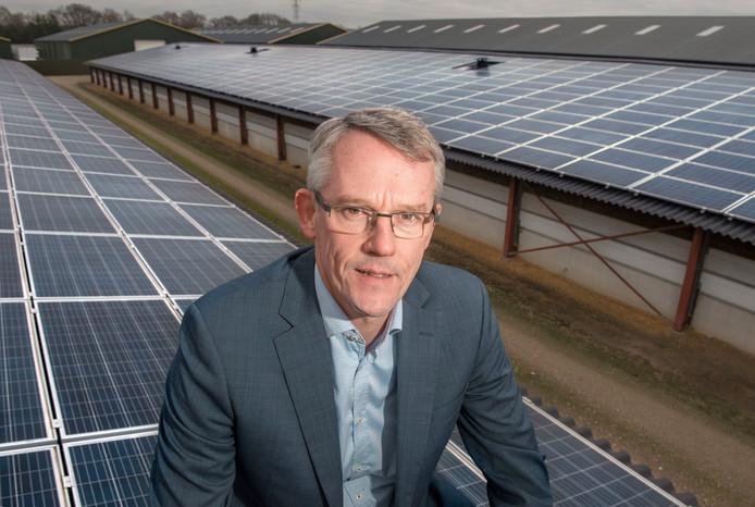 Sinds 2016 heeft eendenbedrijf Tomassen Duck-to in Ermelo 8.000 zonnepanelen liggen op zeven eendenschuren aan de Harderwijkerweg. Met een nieuwe investering voor nog eens 5.000 panelen op de slachterij aan de Fokko Kortlanglaan, wordt het bedrijf een van de grootste zonneprojecten in Nederland, Financieel directeur Gerard Elbertsen van Tomassen is fier.