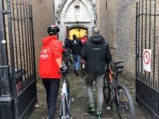 Vuelta 2020: wielrenners lopend door de Grote Kerk van Breda