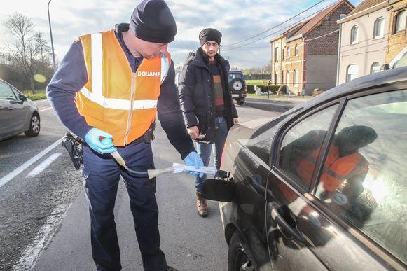 Regelmatig controleert de douane of bestuurders met rode mazout rijden.
