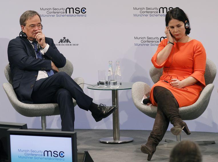 Armin Laschet en Annalena Baerbock tijdens de Veiligheidsconferentie in München. Beiden hopen later dit jaar Angela Merkel op te kunnen volgen als bondskanselier van Duitsland.  Beeld EPA
