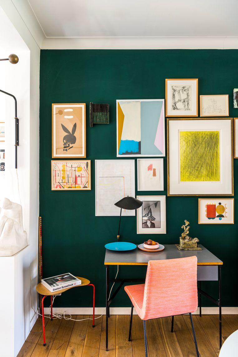 Het bureau en de stoel zijn van Pierre Paulin. Aan de wand werken van Hans Hartung, Antoine Mortier, Sean Sullivan en Bert De Geyter. Beeld Luc Roymans
