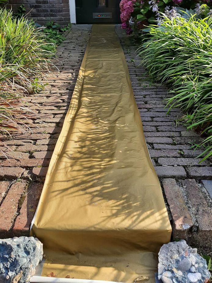 De stoep voor de deur van het huis van wielrenster Annemiek van Vleuten is voorzien van een gouden loper.