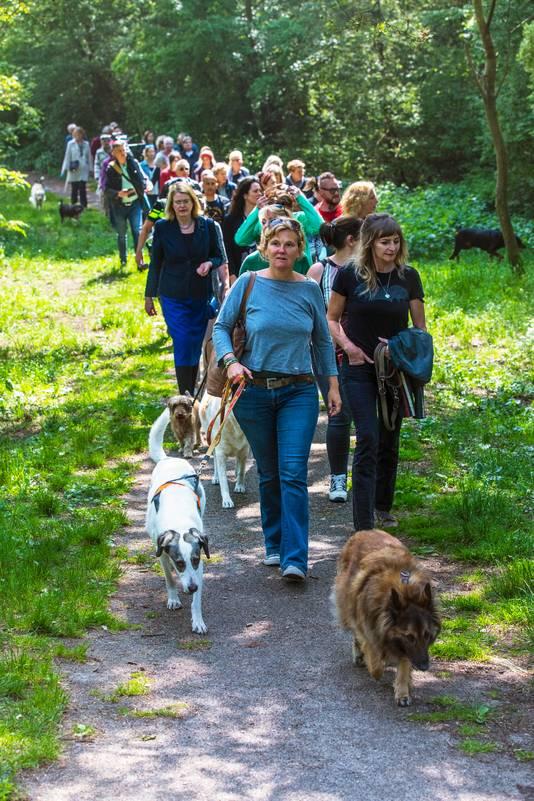Burgemeester Pauline Krikke loopt mee met de stille tocht voor Etsuko, de vrouw die in de Scheveningse Bosjes om het leven werd gebracht.