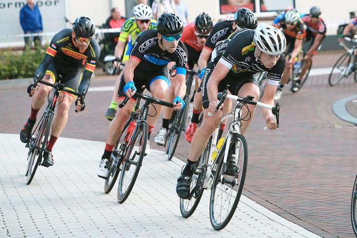 Sabastiaan van der Linden rechts voorop in een groep tijdens de wielerronde in zijn woonplaats Neede.
