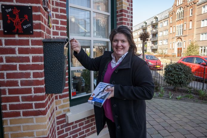 Roosendaal - 6-3-2021 - Foto: Pix4Profs/Marcel Otterspeer - Door de lockdown zit er qua campagne voeren niks anders op dan flyeren voor Sanneke Vermeulen, die op de lijst van de VVD staat.