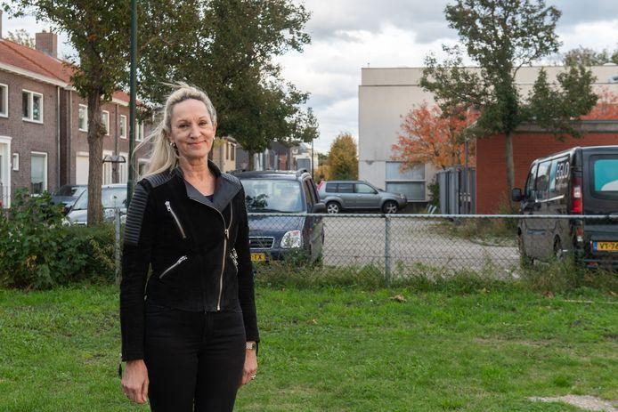 Raadslid Mirjam de Groot op het grasveld tussen de Donge en het Heereplein met op de achtergrond het pand van Marquart dat gesloopt moet worden. Daarvoor in de plaats komen een waterspeelplek, groen en woningen.