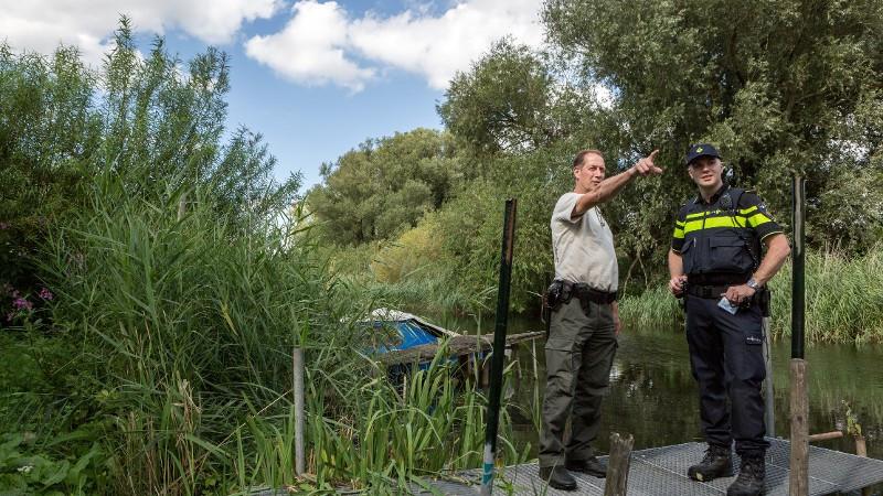 Staatsbosbheer en de politie tijdens een controle in de Biesbosch.