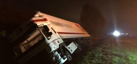 Vrachtwagen rijdt sloot langs de A15 in