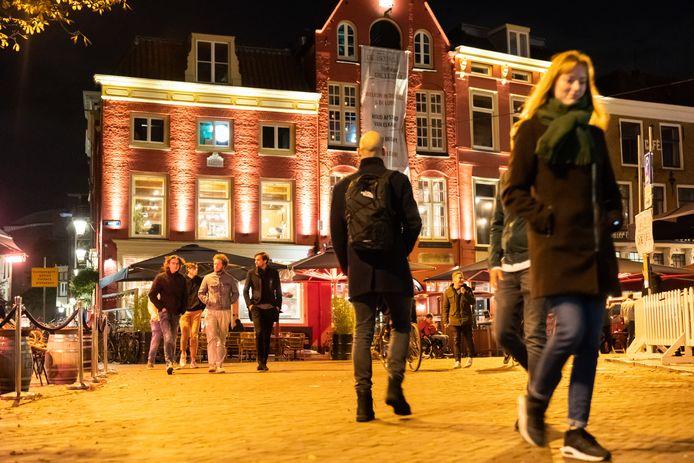 Uitgaanspubliek aan de Neude in Utrecht.