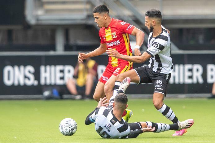 GA Eagles-speler Ragnar Oratmangoen moet zich ontdoen van de Heraclieden Rai Vloet (liggend) en Ismail Azzaoui.