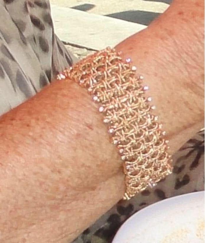 De armband met diamantjes die Carla van haar inmiddels overleden man kreeg.