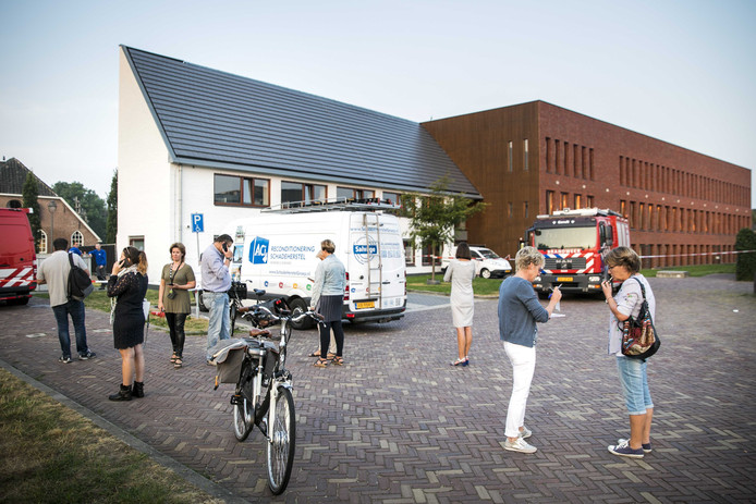 Mensen bij het gemeentehuis in Bemmel.