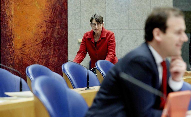 Staatssecretaris Jetta Klijnsma (L) en minister Lodewijk Asscher tijdens het vervolg van de behandeling van de begroting van Sociale Zaken in de Tweede Kamer. Beeld anp