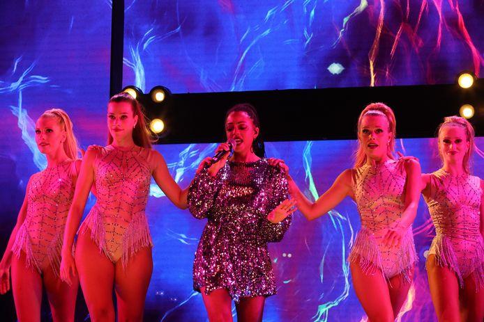 Zangeres Sandrine in 'Showtime aan Zee'
