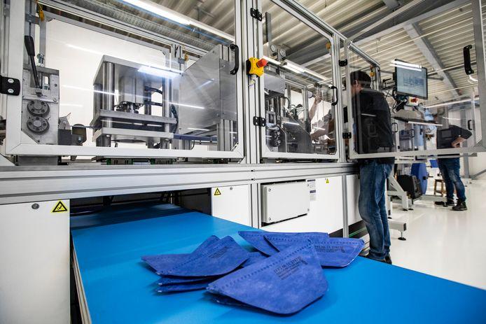 In mei vorig jaar installeerde Auping een machine om mondkapjes te produceren.