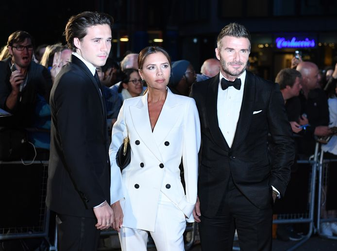 Brooklyn Beckham (links) met ouders David en Victoria.