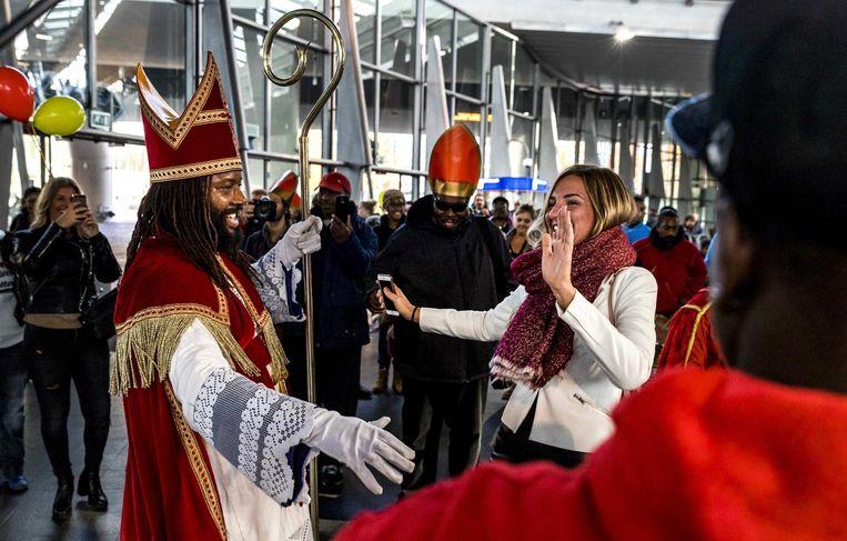 2016-11-05 12:22:40 AMSTERDAM - De Nieuwe Sint (Patrick Mathurin) danst met reizigers op metrostation Bijlmer tijdens zijn intocht in Amsterdam. ANP REMKO DE WAAL Beeld anp