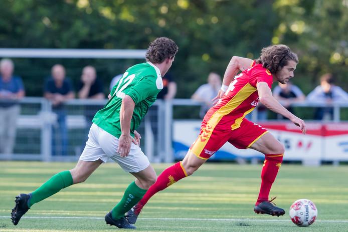 GA Eagles-speler Mael Corboz (r) snelt langs Rik Keijzer van het Sallands streekteam/.