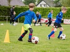 Lasergamen, voetballen en een springkussen: voetballers Cluzona genieten volop van jeugdweekend in Wouw