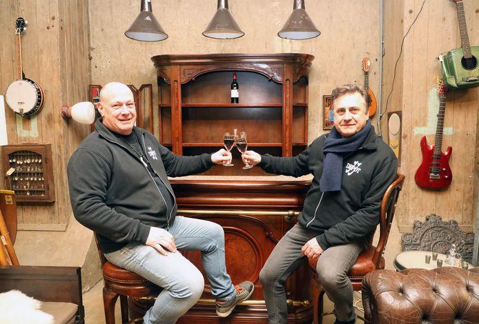 Frank van Maasdam en Jacco Stoffels aan de handgemaakte huiskamerbar.