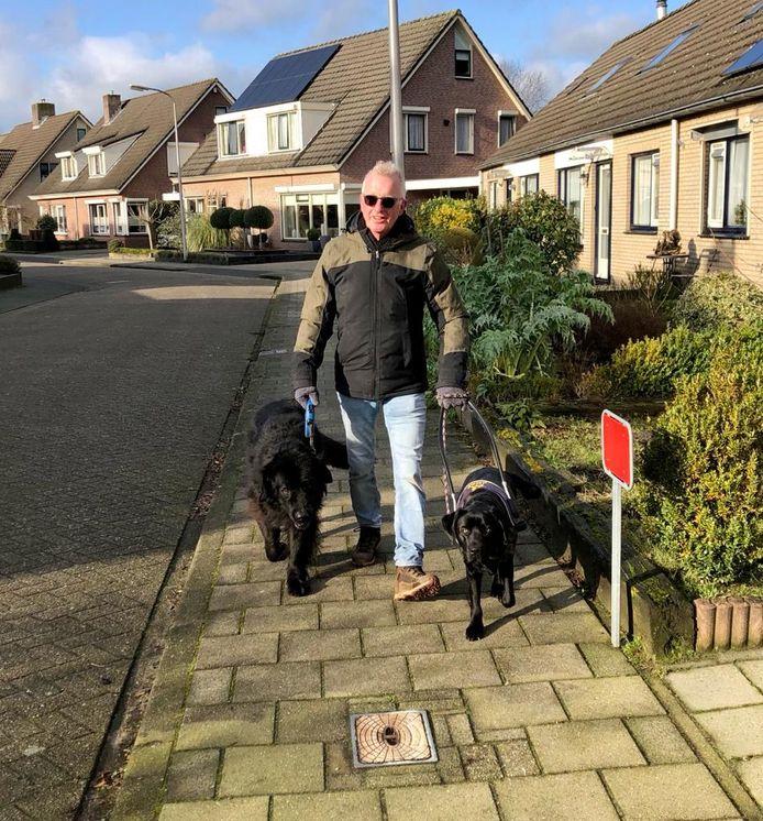 Willem Groot Zwaaftink uit Heeten met zijn hulphond Cathy en trouwe huishond Sky.