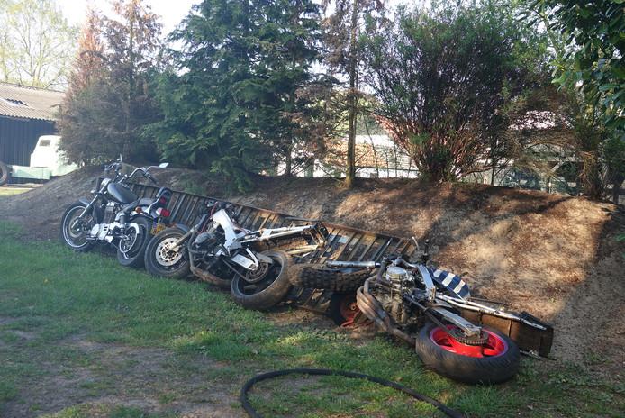 De motoren die uit de schuur gehaald werden.