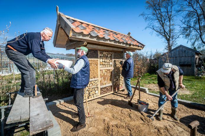 vlnr: Jan van den Tillaart, Wil Foolen, Piet Delisse en Gradje Brouwers leggen de laatste hand aan het insectenhotel. Wim van den Berg ontbreekt op de foto.