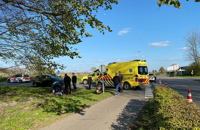 Aan de Hoornsdam in Putten zag een automobilist een scooterrijdster over het hoofd: een vrouw raakte gewond en moest naar het ziekenhuis.