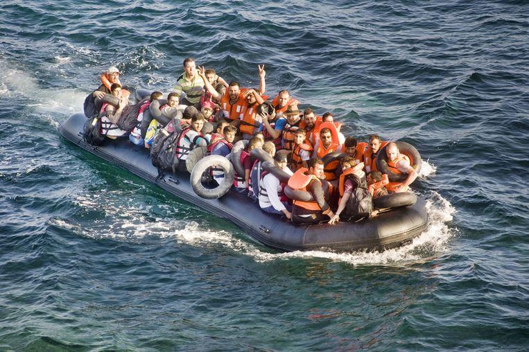 Vluchtelingen komen in bootjes aan op de stranden van het Griekse eiland Lesbos.
