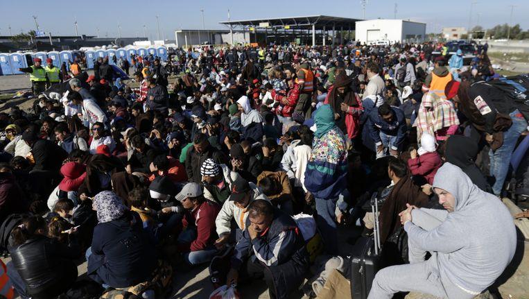 Vluchtelingen wachten op de grens van Oostenrijk en Hongarije. Beeld reuters