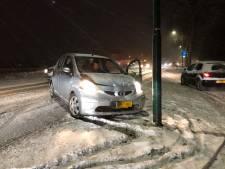 Slippende auto eindigt tegen lantaarnpaal op de Beersebaan