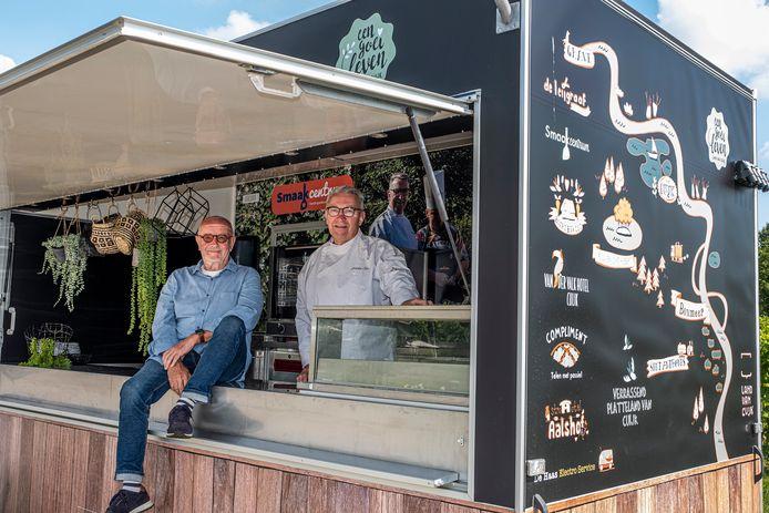 Ad Berends (links) en chef-kok Martien Bos van Een Goei Leven in de Smaakwagen, klaar voor de Foodtour.